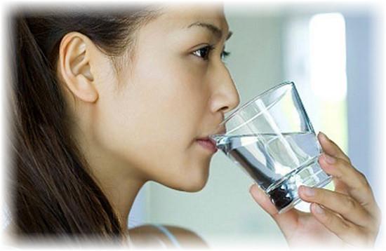 Cách Hạ sốt cho mẹ thời kỳ cho con bú: Sử dụng nước muối đề ngậm và khò họng